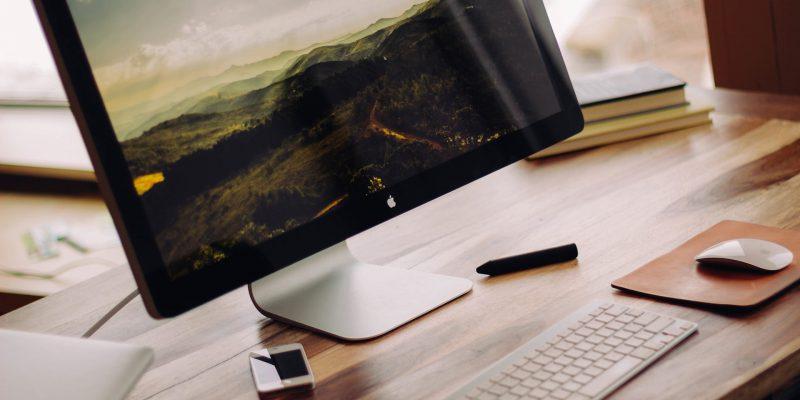 komputer uzyskany poprzez wynajem komputera stoi na stole wraz z klawiaturą i myszką