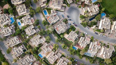 Mieszkania, które zostały sprzedane w Gdańsku. Widać bogatą dzielnicę z lotu ptaka. Baseny, samochody itd.