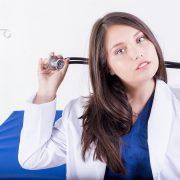 Lekarz medycyny estetycznej ze Świecia trzymający w ręku stetoskop